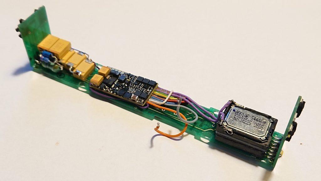 Elektronika s powerpackem (dál od objekticu)